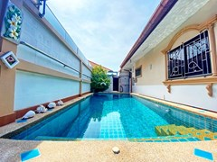 House for rent Pattaya showing the private pool and poolside shower