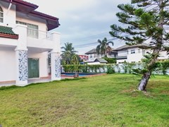 House for sale East Pattaya showing the garden and pool