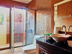 House for sale Huai Yai Pattaya showing the second bathroom
