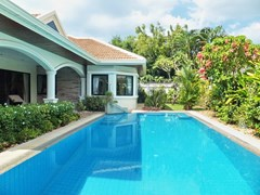 House for sale Jomtien showing the pool and garden