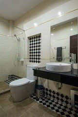 House for sale Na Jomtien Pattaya showing the master bathroom