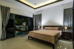 House for sale Na Jomtien Pattaya showing the master bedroom