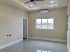 House for sale at Nongpalai Pattaya showing the master bedroom