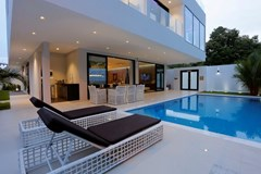 House for sale Pratumnak Hill Pattaya showing the private pool