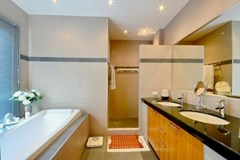 House for sale Siam Royal View Pattaya showing the master bathroom