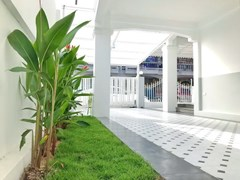 House for sale East Pattaya showing the garden and covered terrace