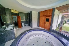 House for rent East Pattaya showing the master bathroom with Jacuzzi