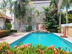 House for sale East Pattaya showing the pool