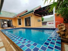 House for sale East Pattaya showing the house, pool and carport