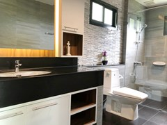 House for sale Huay Yai Pattaya showing the master bathroom