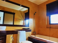 House for sale Na Jomtien showing the master bathroom
