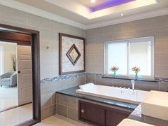 House for sale Nongpalai Pattaya showing the master bathroom suite