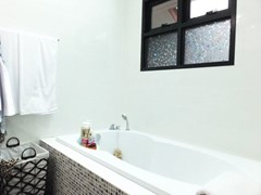 House for Sale Pattaya showing the master bathroom with bathtub