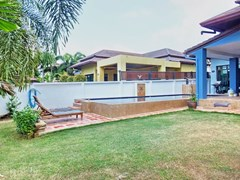 House for sale Pattaya Bangsaray showing the garden and pool