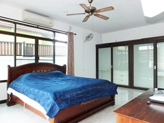 House for sale Pattaya Bangsaray showing the master bedroom