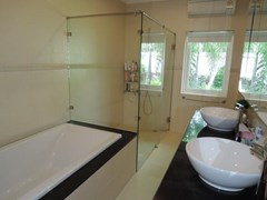 House for Rent Jomtien Park Villas Pattaya showing the master bathroom