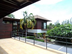 House for sale Pattaya Horseshoe Point showing the master bedroom balcony