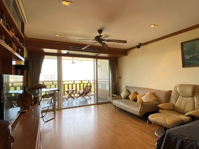 Condominium for rent Jomtien showing the living area and balcony