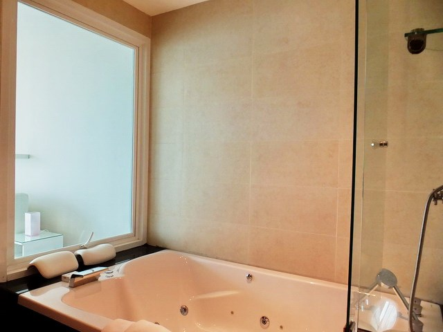 Condominium for rent Ananya Naklua showing the Jacuzzi bathtub