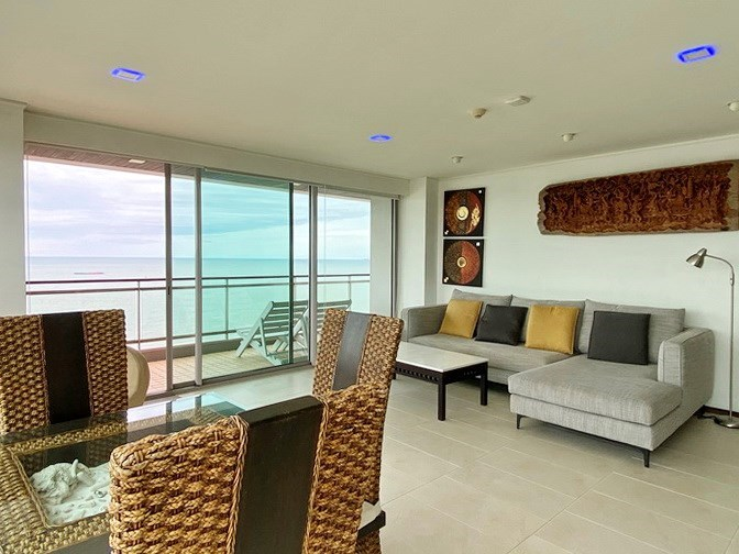 Condominium for rent in Northshore Pattaya Beach showing the dining area and balcony