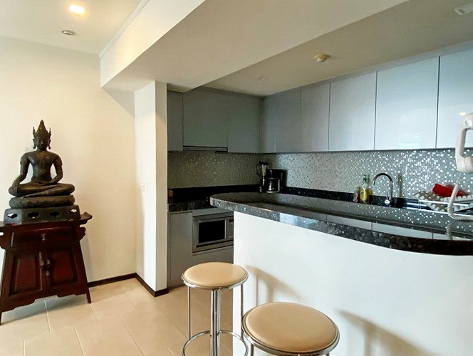 Condominium for rent in Northshore Pattaya Beach showing the kitchen and breakfast bar