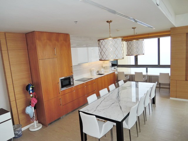 Condominium For Rent Northpoint Pattaya showing the kitchen and dining areas