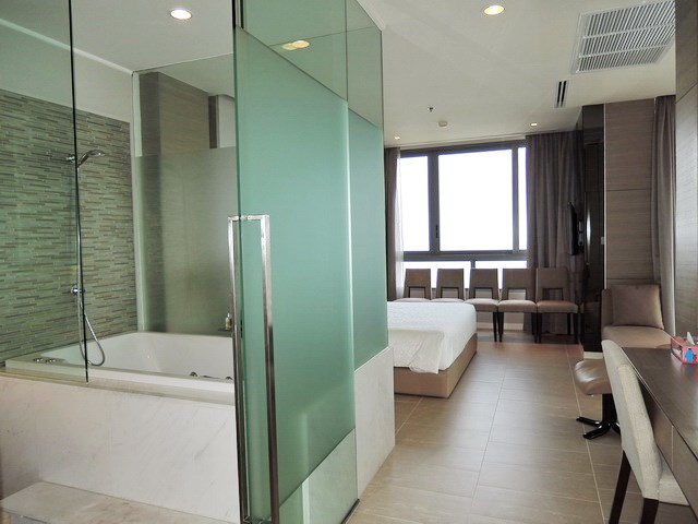 Condominium For Rent Northpoint Pattaya showing the master bathroom