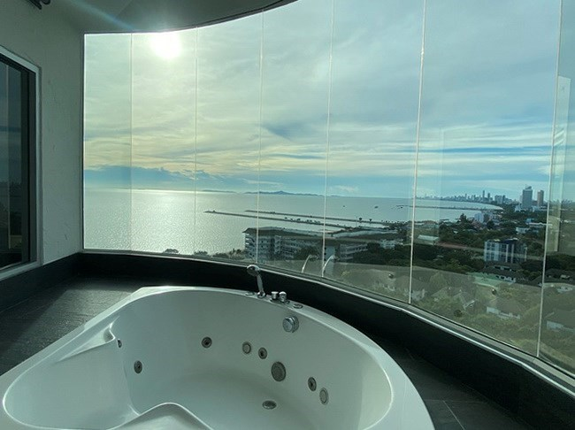 Condominium for sale Ban Amphur showing the Jacuzzi bathtub with sea view