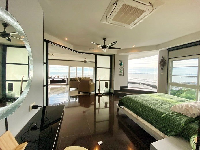 Condominium for sale Ban Amphur showing the master bedroom with Jacuzzi bathtub