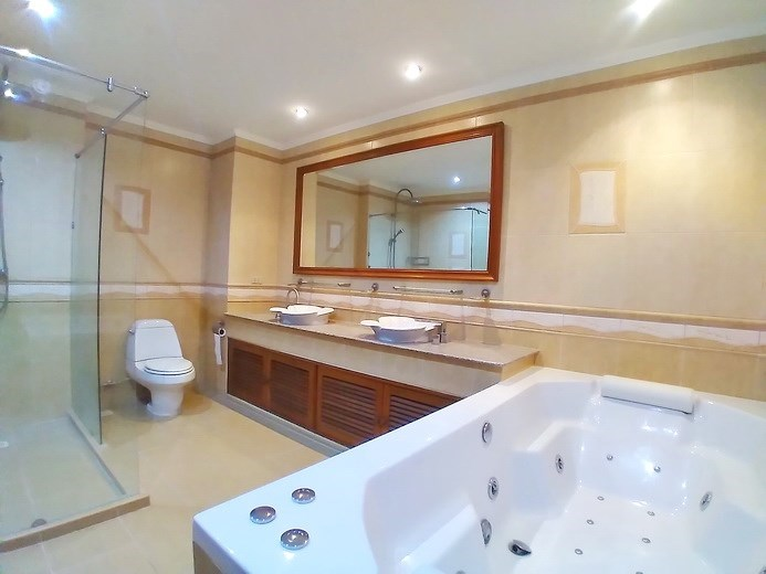 Condominium for sale Jomtien showing the bathroom with Jacuzzi bathtub