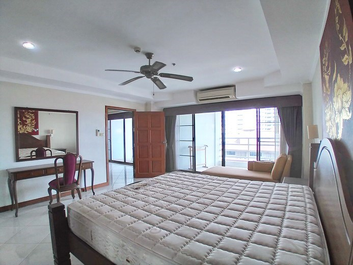 Condominium for sale Jomtien showing the bedroom and balcony