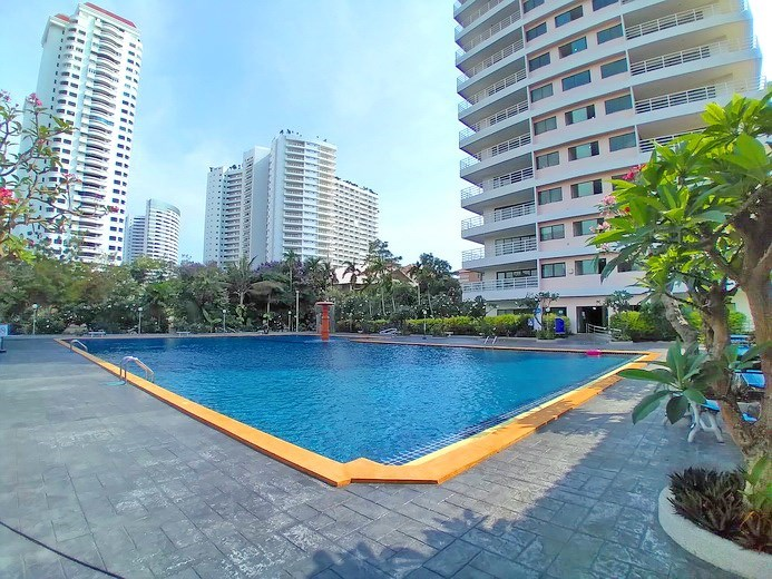 Condominium for sale Jomtien showing the communal pool and condo building