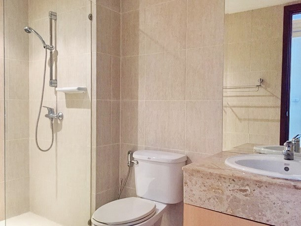 Condominium for sale Pattaya showing the second bathroom