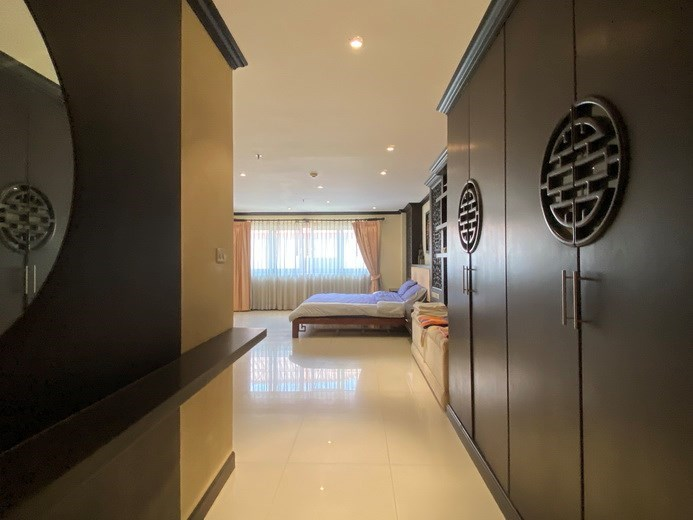 Condominium for sale Pratumnak showing the bedroom with walk-in wardrobes