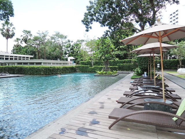 Condominium for sale Womgamat Beach Pattaya showing the communal pool