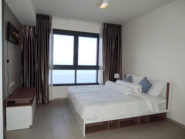 Condominium for sale Womgamat Beach Pattaya showing the master bedroom