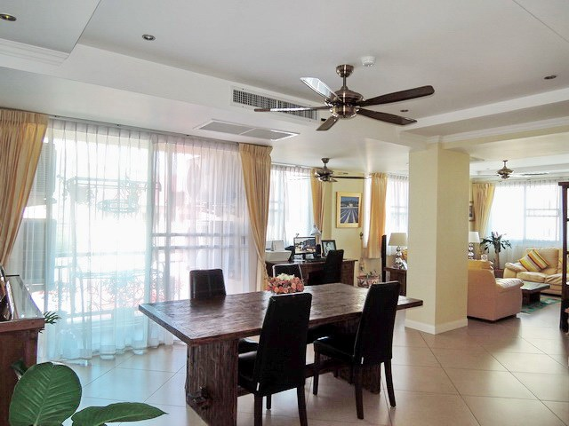 Condominium for sale Central Pattaya showing the dining and living areas
