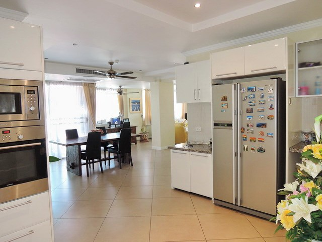 Condominium for sale Central Pattaya showing the kitchen and dining areas