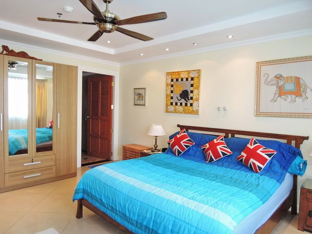Condominium for sale Central Pattaya showing the master bedroom suite