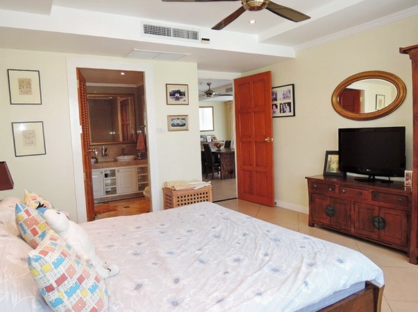 Condominium for sale Central Pattaya showing the second bedroom suite