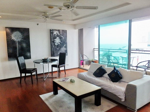 Condominium for sale Northshore Pattaya showing the living and dining areas