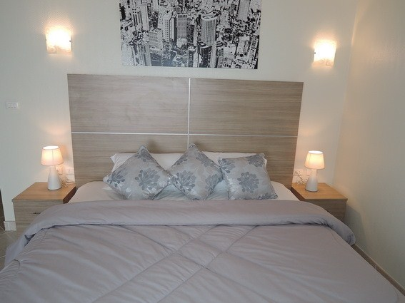 Condominium for rent Pratumnak Pattaya showing the king sized bed