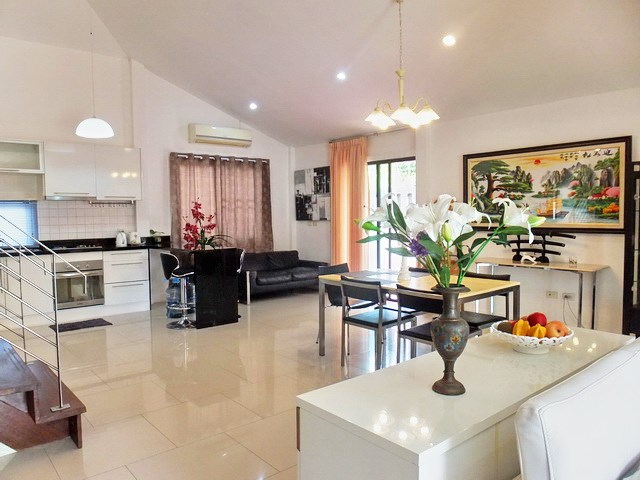 House for Sale East Pattaya showing the dining and kitchen