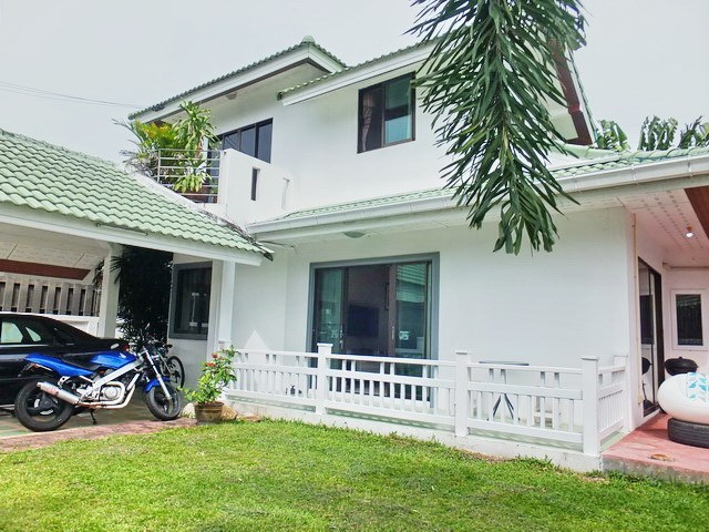 House for Sale East Pattaya showing the house and garden