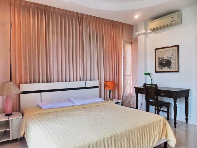 House for Sale East Pattaya showing the master bedroom and office area