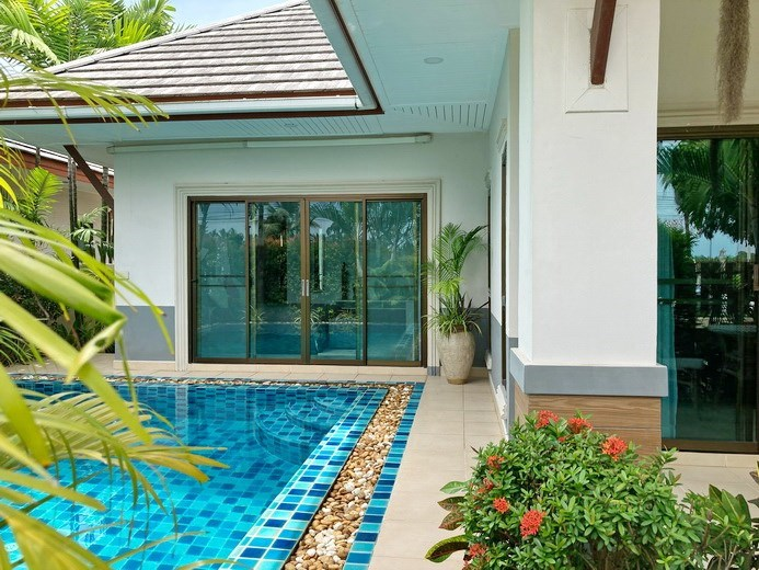 House for Sale Pattaya the pool and house