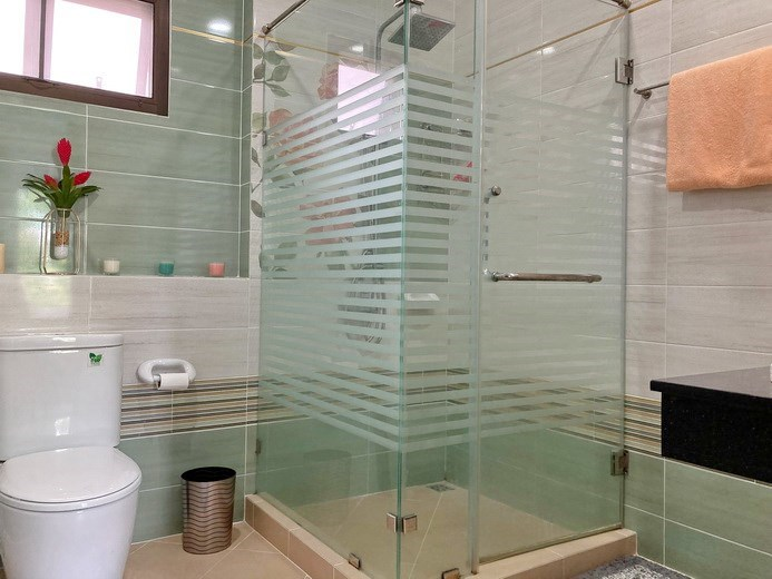 House for sale Pattaya showing the master bathroom