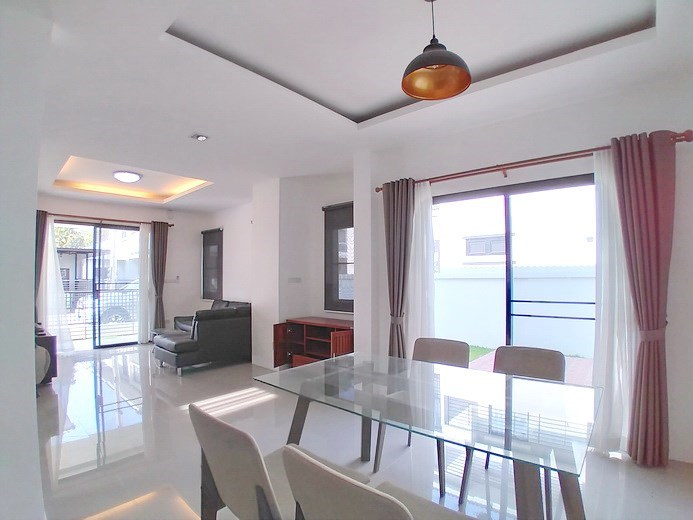 House for rent East Pattaya showing the dining area and terrace
