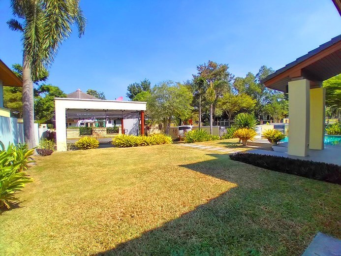 House for rent East Pattaya showing the garden and carport