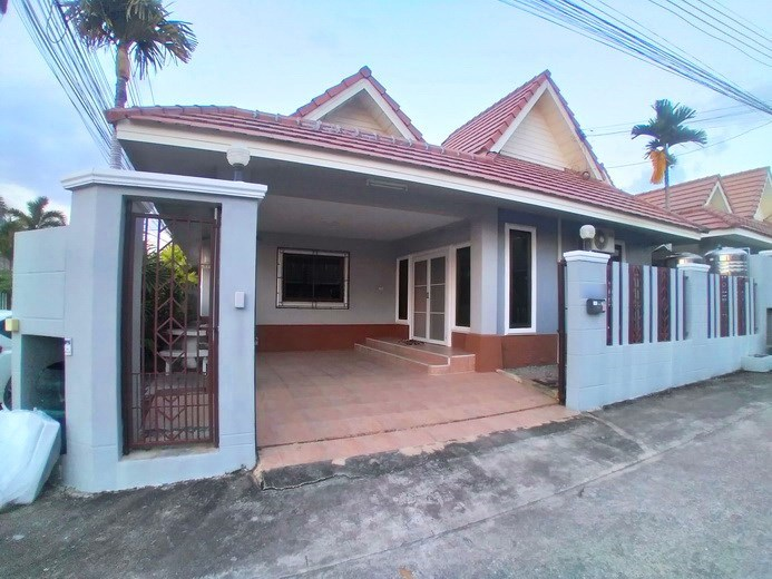 House for rent East Pattaya showing the house and carport